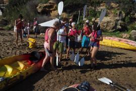 Una quincena de voluntarios limpian la playa de es Figueral