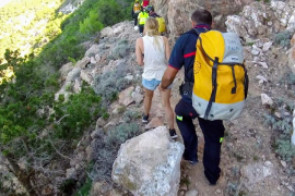 Los Bomberos rescatan a una joven herida en los acantilados de Santa Agnès