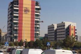 Un empresario cuelga una bandera de 731 metros cuadrados en la fachada de un edificio de Madrid