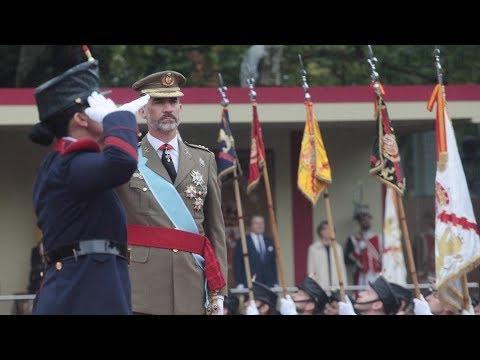 Miles de personas arropan el desfile del 12 de octubre con la bandera de España