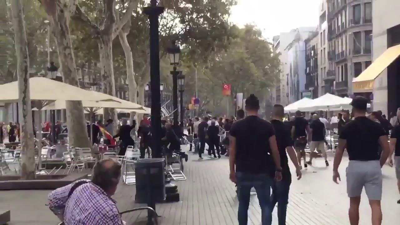 Una gran pelea junto a la manifestación del 12-O en Barcelona destroza la terraza de un bar