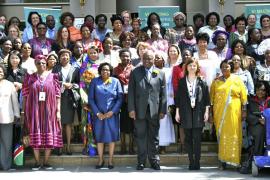 Clinton afirma que las mujeres tienen la llave del futuro económico de Àfrica