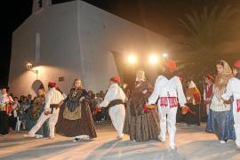 Los vecinos de es Cubells alaban con música y baile la figura de Santa Teresa