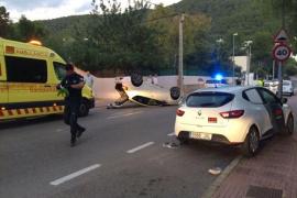 Dos heridos leves al volcar con su coche en Cala Llonga
