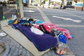 Dormitorio improvisado en una concurrida plaza de Sant Antoni