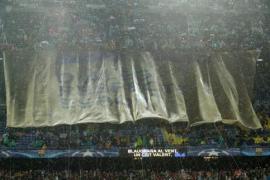 El Camp Nou pide a gritos «libertad» para Jordi Sànchez y Jordi Cuixart