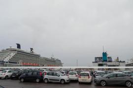Coches de 'rent a car' estacionados en es Botafoc antes de embarcar