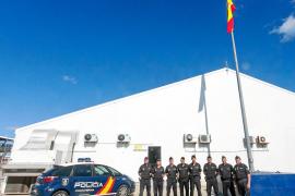 El Cuerpo Nacional de Policía iza la bandera en el puesto fronterizo