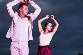 Emilio Roig y Patricia Cantero bailan 'En Construcción' en la Plaça Major de Palma