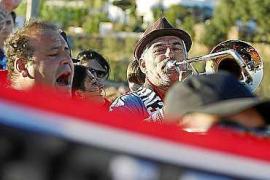 Los aficionados tocan y cantan antes del encuentro.