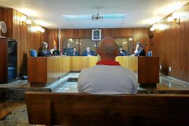 Accidentado juicio con una orden de búsqueda para un acusado que resultó estar en otra planta