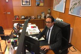 El conseller cesado Josep Rull abandona su despacho tras ser advertido por el Gobierno
