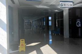 Goteras por una fuga en el techo del pasillo principal del hospital Can Misses