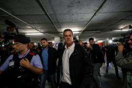 """Forn y Bassa llegan a Barcelona y son recibidos con gritos de """"a prisión"""""""