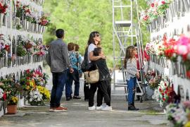 Sol, flores y recuerdos en memoria de los familiares que se han ido