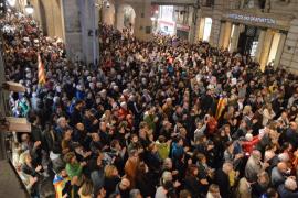 Miles de catalanes protestan en muchos municipios por el encarcelamiento de los consellers cesados