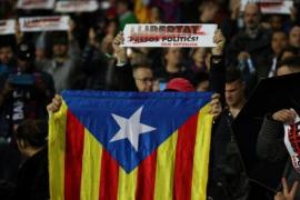 """El Camp Nou pide """"justicia"""" y """"libertad"""" para el Govern cesado"""