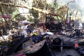 Sobresalto por un incendio declarado en un almacén en una zona boscosa de Cala Llonga