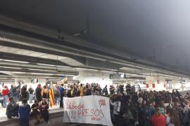 Los manifestantes abandonan la estación de Sants tras un corte de más de cuatro horas
