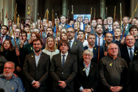 Dos centenares de alcaldes catalanes viajan a Bruselas para apoyar a Carles Puigdemont
