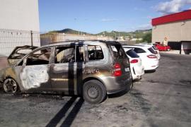 Un espectacular incendio arrasa dos vehículos y afecta a otros tantos en ses Païsses