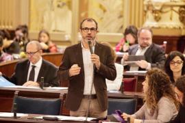 El conseller Biel Barceló en su intervención en el pleno del Parlament.