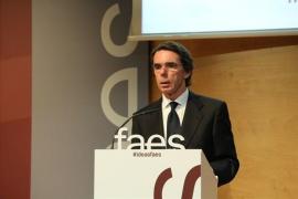 """Aznar admite que le cuesta """"reconocer"""" al PP actual y dice que dos mandatos de Rajoy """"son suficientes"""""""