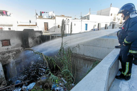 Un virulento incendio quema un patio interior lleno de basura en sa Penya