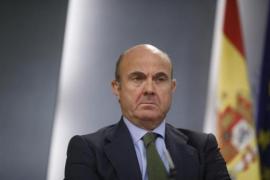 Guindos dice que la bajada del salario medio en España se debe a la caída de los sueldos más altos