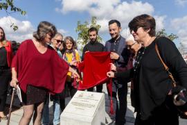El activista Joan Tur ya tiene su placa en el puerto de Vila