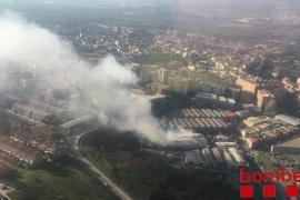 Alerta en cinco municipios por el incendio de una planta de reciclaje de Sant Feliu