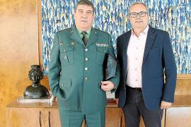 El teniente coronel Antonio del Fresno se despide de las autoridades pitiusas