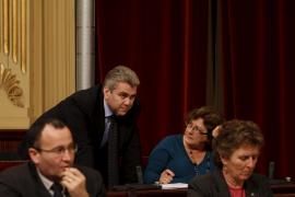 UM se desmarca del PSOE en la primera votación del Parlament y el PP le apoya
