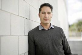David Fernández: «Detesto la imagen del funcionario que vive en su torre de marfil»