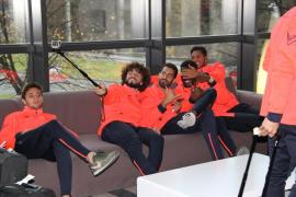 Varios jugadores inmortalizan el momento con sus móviles.