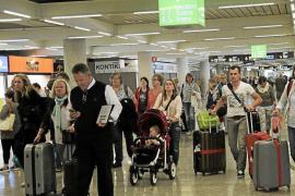 Las aerolíneas triplican los precios de los billetes para ir a la Península en Navidad