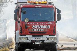 Los bomberos extinguen un incendio que afectó a una casa de Cala Mestella