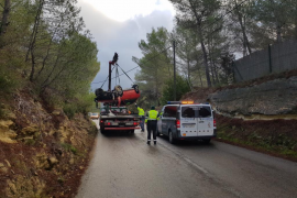 Un conductor sufre un espectacular vuelco en la antigua carretera de Santa Eulària