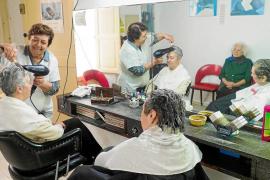 Adiós a la peluquería Carmen después de medio siglo entre rulos y amistad