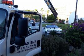 Un conductor irrumpe en la glorieta de entrada a Sant Antoni
