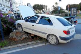 Un conductor da positivo por alcohol y drogas tras estrellarse en la entrada de Sant Antoni
