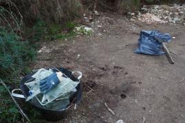 Recogida de basura en Cala Salada (Fotos: Marcelo Sastre)