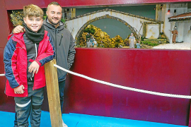 El belenista Jesús González ha creado junto a su hijo la escena que se expone en Sant Antoni