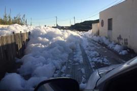 El acceso de es Cavallet amanece cubierto por un metro de espuma