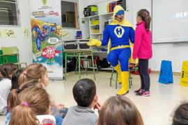 Nueva misión de El guerrero de la limpieza y Chicletín en el colegio público de Jesús