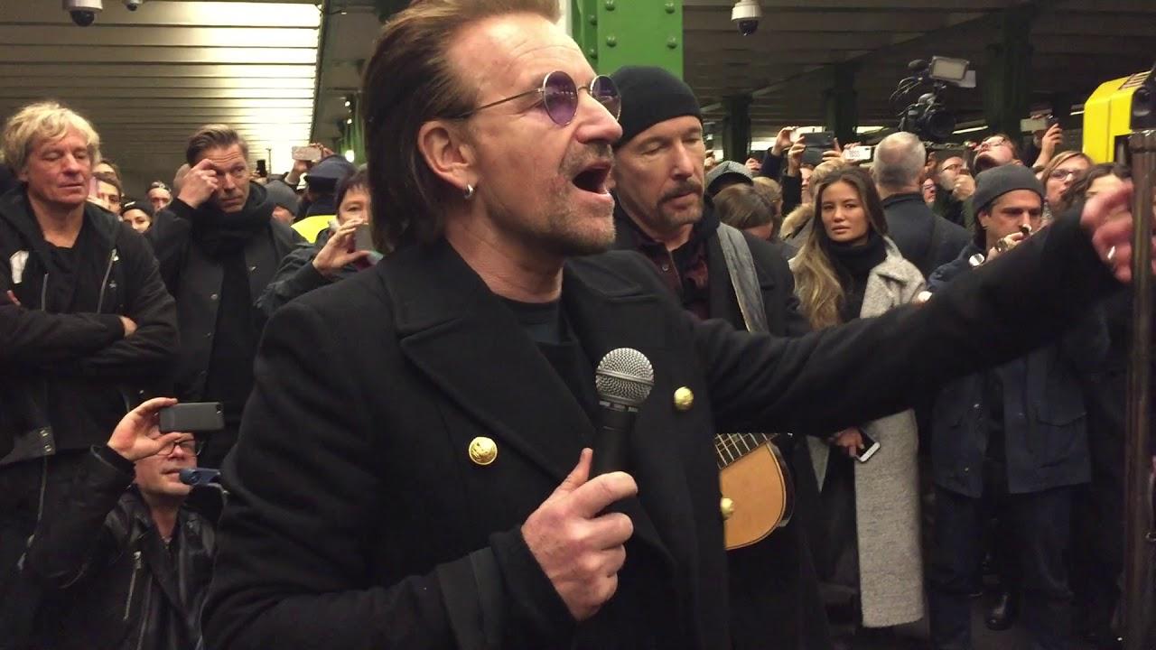 U2 sorprende con un concierto en el metro de Berlín