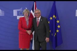 Juncker y May cierran un acuerdo sobre las prioridades del divorcio del Brexit