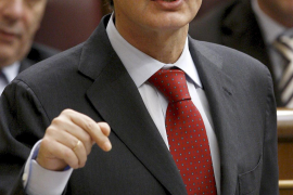 Zapatero dice que España está «a punto de dejar la recesión» y acusa al PP de «dañar» su imagen