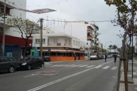 Caen las luces de Navidad de la avenida de España de Ibiza por la borrasca 'Ana'