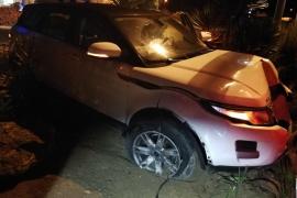 Un conductor bebido acaba empotrando su coche en un jardín de Sant Antoni